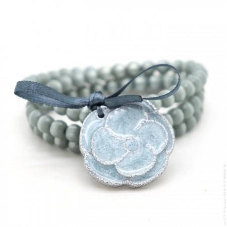 Bracelet / collier camélia gris bleu nacré argent