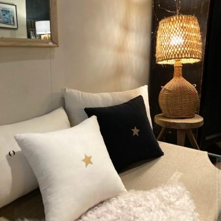 Coussin en lin carré noir avec une étoile dorée